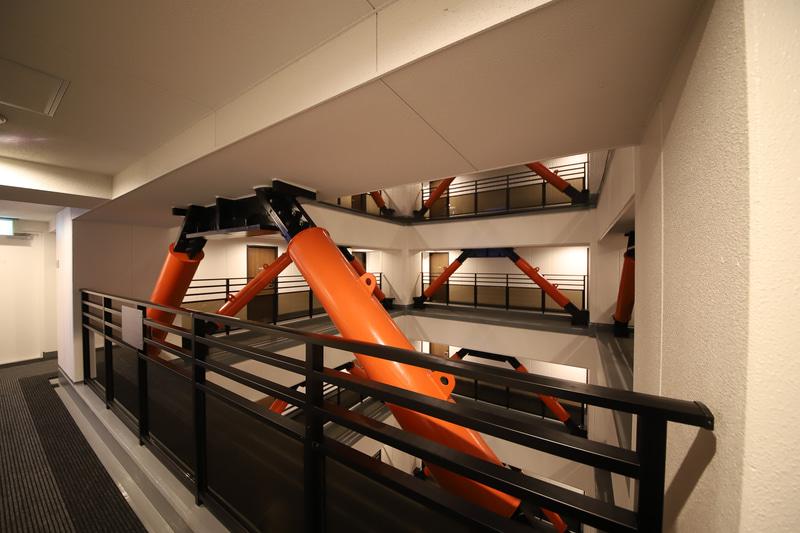 建物の中心には免震構造と思われる鉄骨の柱と吹き抜けの空間があり、宿泊室はその外側に配置されている。廊下は回遊通路となっている