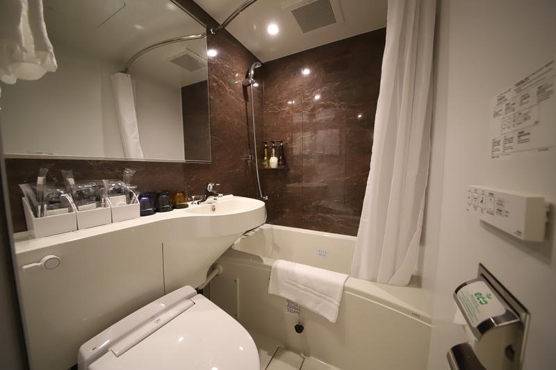 バスルームの洗面台とは別に、独立した洗面台を設置