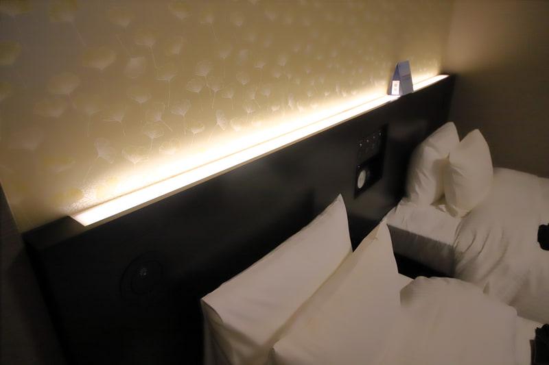 室内は間接照明を多用し、就寝時に明かりをつけていてもまぶしくならないよう配慮