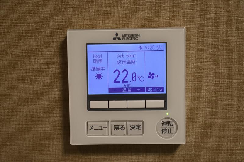 エアコンのコントローラー。多言語対応だが、言語設定を変えなくても使えそうなほどシンプル