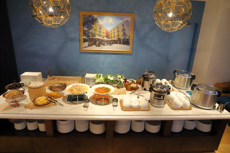 ごはん、みそ汁と総菜の和食コーナー