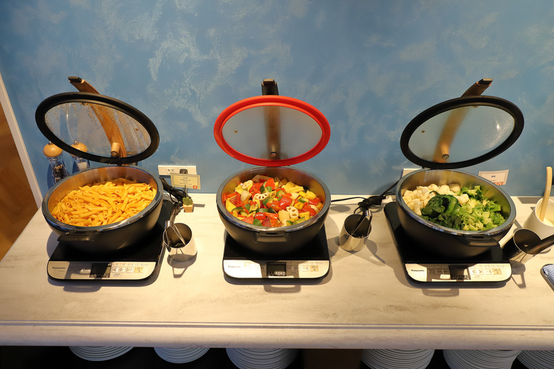 色とりどりの温冷野菜が並ぶ。ディップもオリジナルのものを用意
