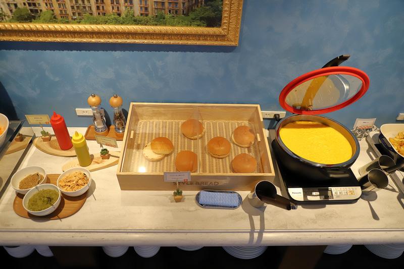 牛肉、豚肉、鶏肉と、ベーコン、ソーセージ、ハンバーグなどはライブグリルで焼きたてを提供