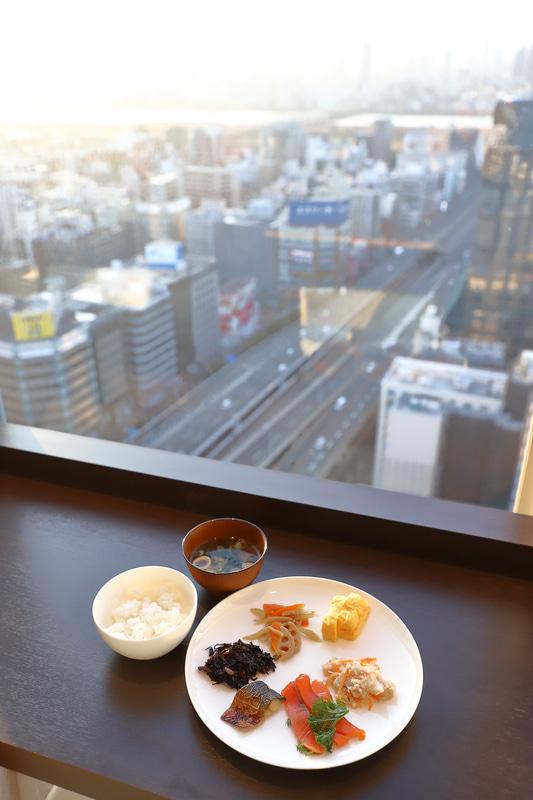 レストランは東、南、西の3面で景色とともに食事が楽しめる