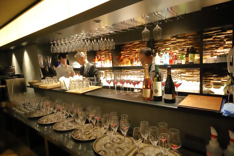 バーカウンター。さまざまなワインやビールなどを提供できる