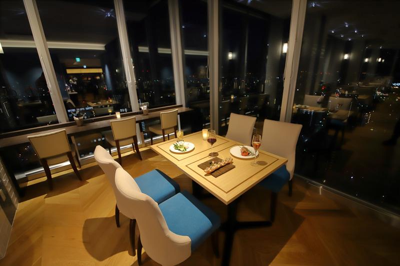 大阪の夜景とともにディナーが味わえる