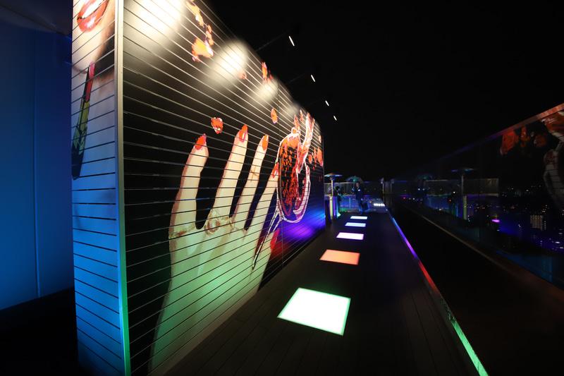 新鋭アーティストが描いたアート、カラフルにきらめく光床が非日常を演出。ヒーターも設置されており、肌寒い夜でも気軽に外に出られる。大阪空港へ着陸する飛行機も間近だ