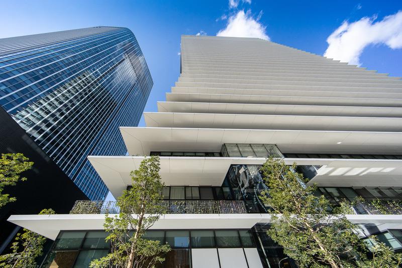 各階のひさしが突き出たデザインが特徴的な「虎ノ門ヒルズ ビジネスタワー」。左は「虎ノ門ヒルズ 森タワー」