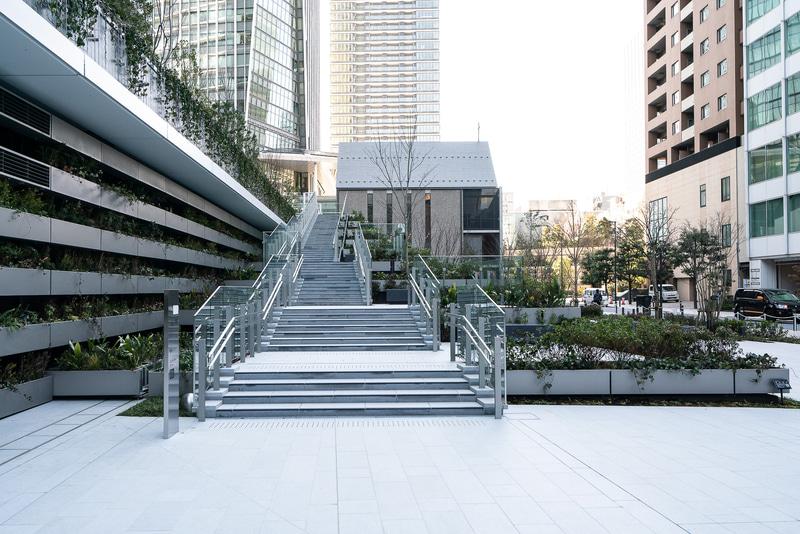 北側には港区公園のエリアがある。2階のデッキへの外階段が広くとられている