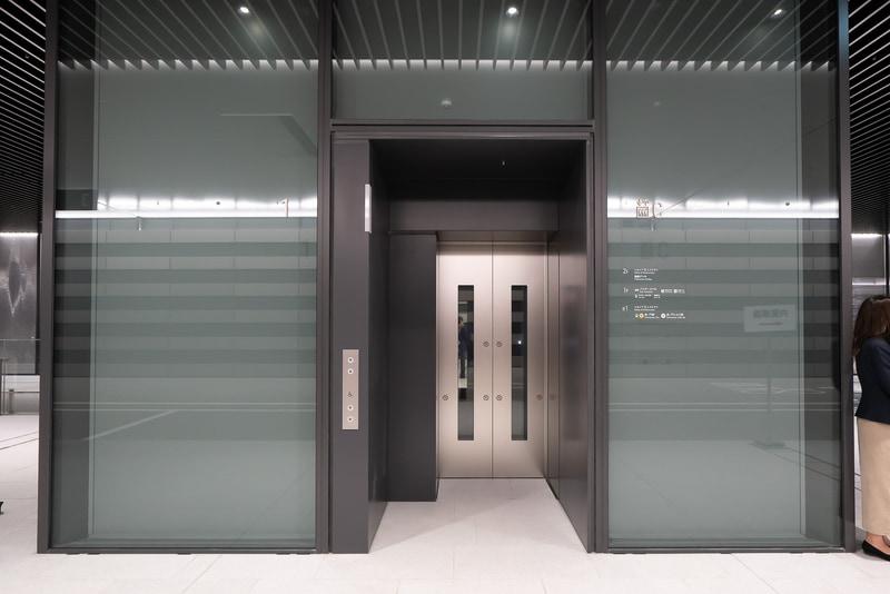 プラットフォーム上にエレベーターも用意されている