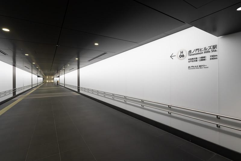 虎ノ門ヒルズ ビジネスタワーと直結する地下通路。新駅の日比谷線虎ノ門ヒルズ駅方面を見る