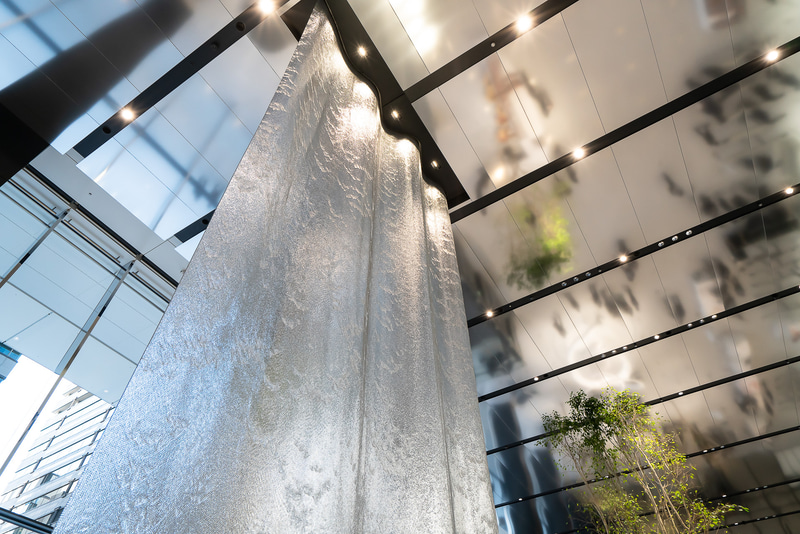 天井から水が落ちる滝のモニュメント