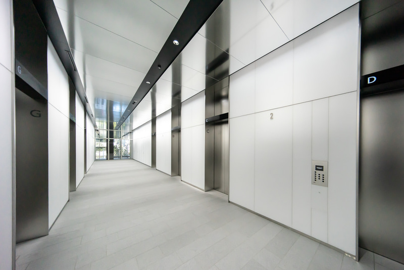 明るい作りのエレベーターホール
