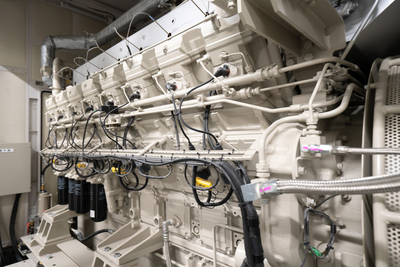 16気筒1000kWのガスタービン発電機を2基備える。温水は廃熱回収型吸収冷温水機へ回収する
