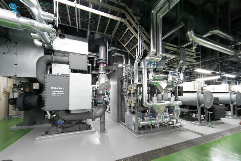廃熱回収型吸収冷温水機とインバーターターボ冷凍機。奥の壁裏に蓄熱槽がある