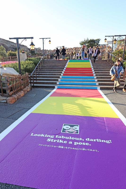 「ファッションショー開催!モデルみたいに歩いてみよう。」のミッション。階段もカラフル!