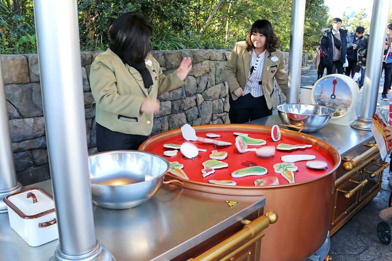 タイマーの時間内に食材を同じ形の枠にセットしてレミーの料理を手伝うゲーム