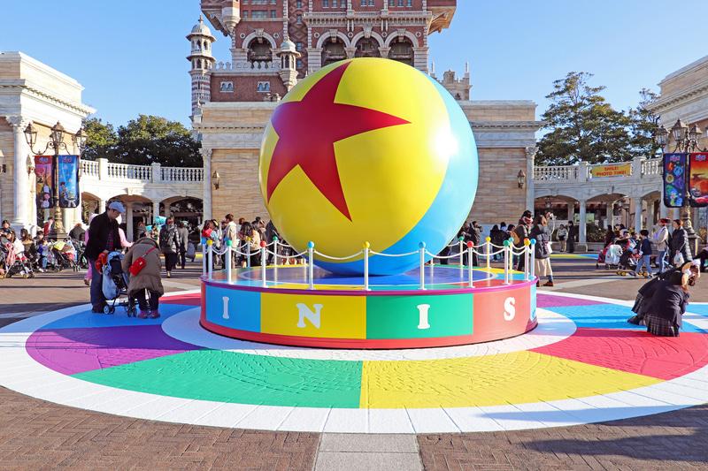 ゴールの巨大なピクサーボール。時間がないときにはウォーターフロントパークのなかだけでも十分楽しめる