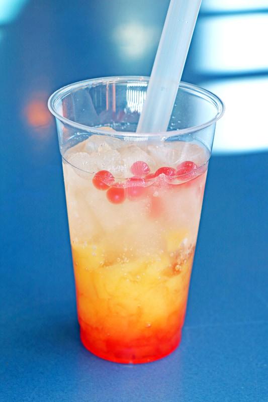 タコの「ハンク」をイメージした「スパークリングドリンク(オレンジ&ストロベリー)」(1杯 450円)