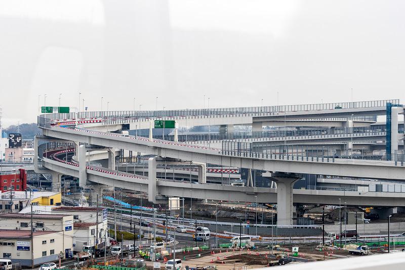 西側遠方から見た横浜港北JCT