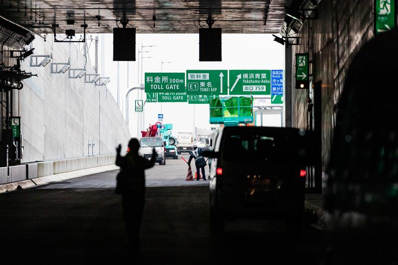 トンネルを抜けるとすぐに料金所の表示が現われる