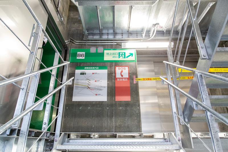 左はトンネル内へ、階段をさらに上ると出口になる