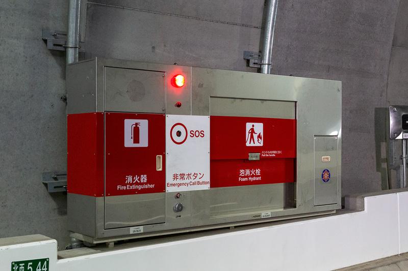 約50m間隔で設置されている消火器と泡消火栓。非常ボタンも備わる