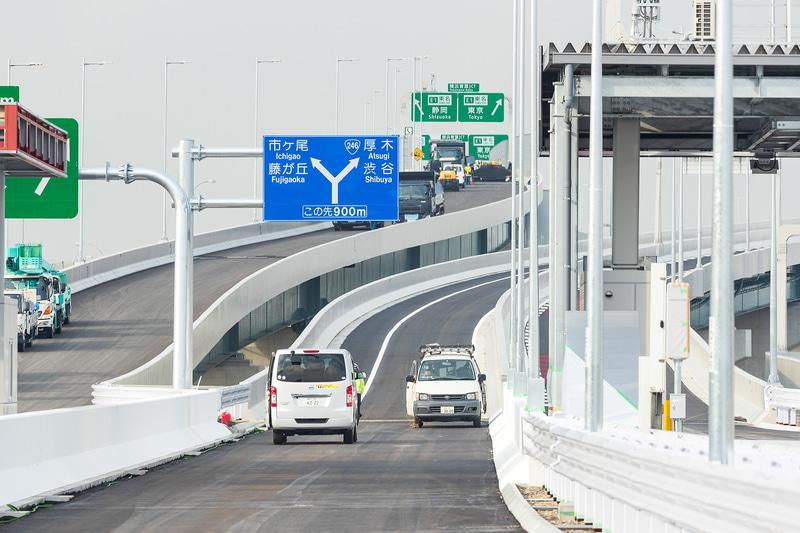 新設されるK7用横浜青葉本線料金所。右側が入口、左側が出口で、料金所がない車線は横浜青葉出口用となる