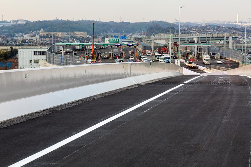 出口車線から見たE1横浜青葉料金所