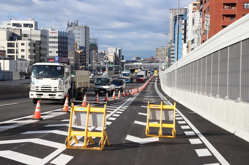 大阪港線は約800mにわたり車線を増設(右端のレーン)した。この部分は2018年5月により供用している