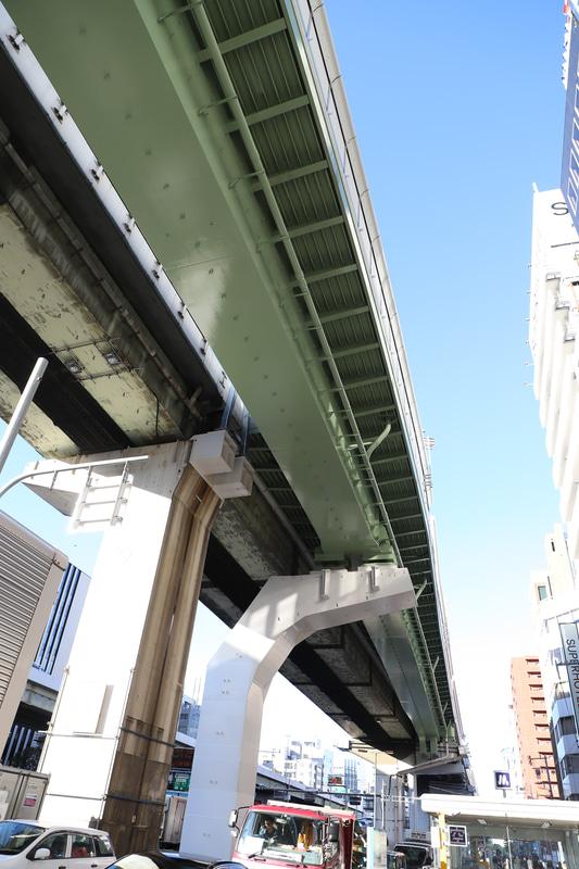 信濃橋渡り線の分岐点を下から。16号大阪港線の下には中央大通りがありスペースに余裕がないことから橋脚が特殊な形状となっている