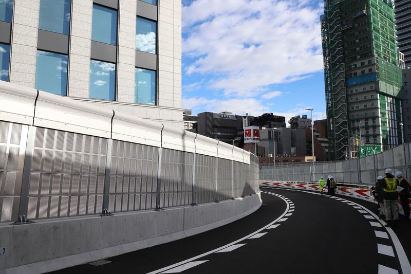 信濃橋渡り線は下り勾配と急カーブが組み合わさっている。走行時は速度に注意したい