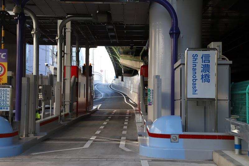 従来は直線だったスロープも、信濃橋渡り線の設置により左に回り込む形状に変更