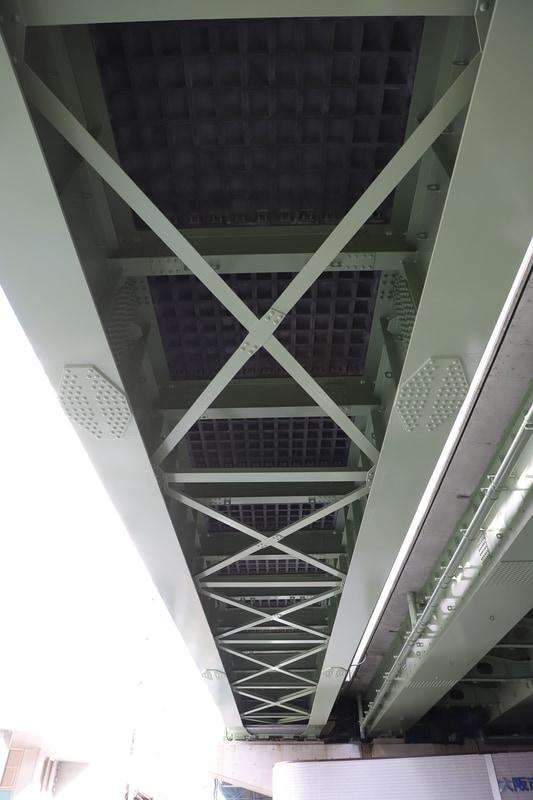 橋梁を見上げると、格子(ワッフル)状のUFC床版が見える