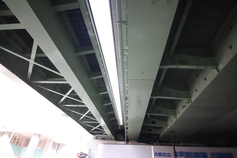 信濃橋入口からのスロープ(左)はUFC床版、1号環状線(右)は従来型のRC床版