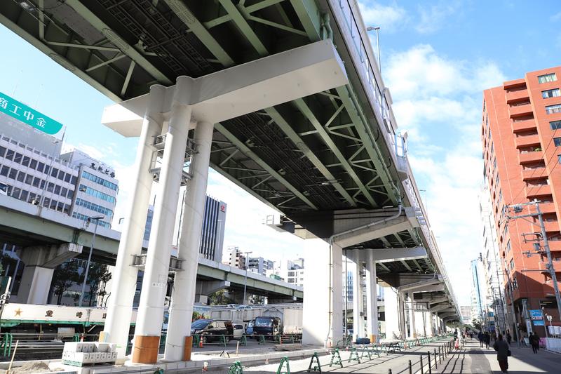 鋼管集成橋脚は、既存の橋脚の間に建てられている。地震時に水平方向の力を受け止めることで、橋梁や橋脚の損傷、倒壊を防ぐ