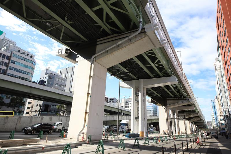 従来の橋脚はそのままで、増設部分を支えるために梁が横に伸ばされている