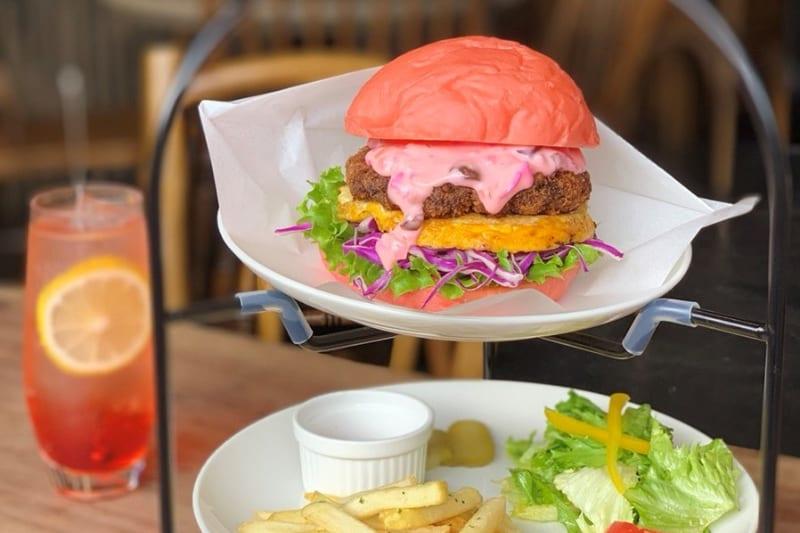 京都の「CROSS Burger&Beer/Coffee」で、桜色メンチハンバーガーが新登場