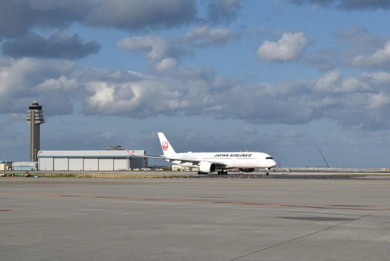 那覇空港に着陸する羽田発のA350機(JA05XJ)