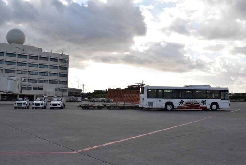 ランプバスやトーイングトレーラーもお出迎え