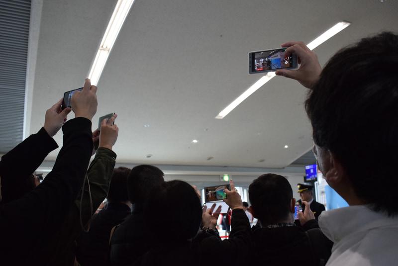 機長を写真に収めようと多くの搭乗客がスマホを向ける。映画スターのようだ