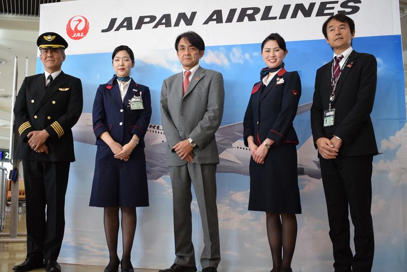 A350の特別幕の前で記念撮影。中央に日本トランスオーシャン航空株式会社 社長執行役員の青木紀将氏も加わった