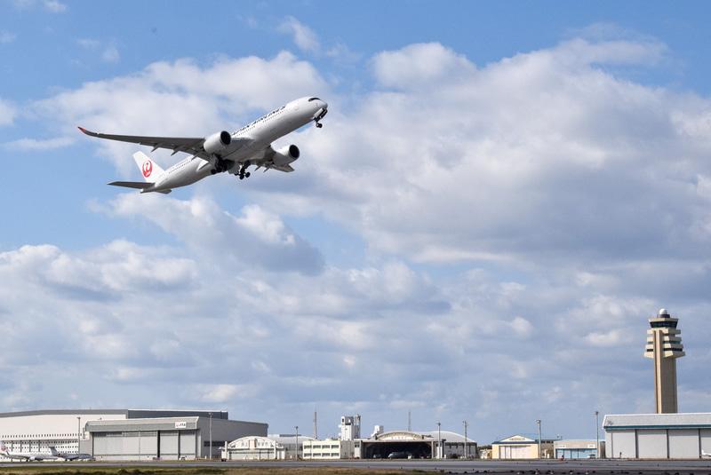 沖縄の空へ飛び立ったA350型機。奥には3月供用開始の第2滑走路の管制塔が見える