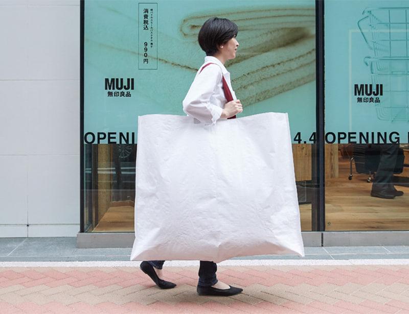 無印良品のすべての店舗で、プラスチック製のショッピングバッグを3月以降順次廃止し、6月末までに紙製のショッピングバッグのみへと変更する