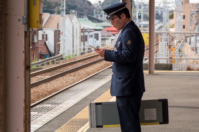 モバイルアプリで利用者が駅に近づいていることを確認し、スロープを持って待機