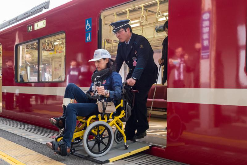利用者が乗っている列車が到着後、スロープを設置し、乗降を介助する