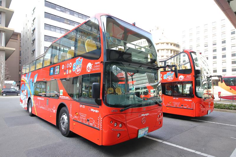 スカイホップバスが新たに導入した2台のバス。手前が2階席前方に屋根がある「全天候型ハーフループオープンタイプ」