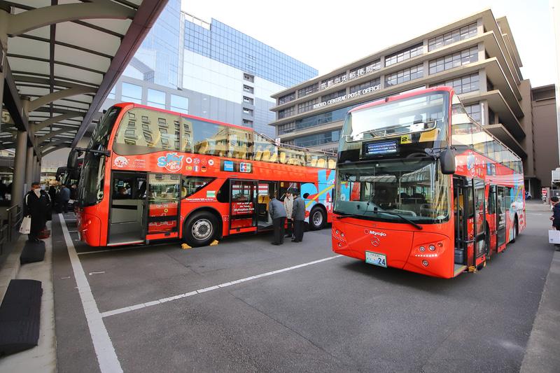 京都駅烏丸口の観光バスターミナルで新型バスを公開。営業運転もここから発車する