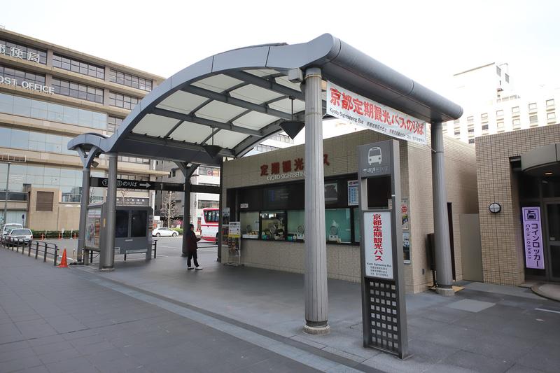 JR京都駅烏丸口を出たところにある「京都定期観光バスのりば」。ここでもチケットを購入し、そのままバスに乗車できる