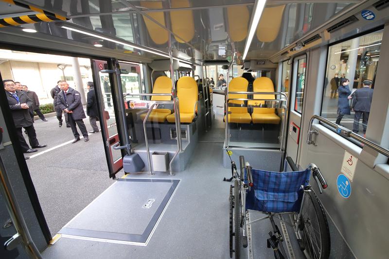1階席、車いすスペースの前後には通常のシートもある。冷暖房完備で快適だ